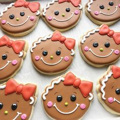 christmas cookies decorated Weihnachtspltzchen I cant handle the cuteness of these girly gingers! Christmas Biscuits, Christmas Sugar Cookies, Christmas Snacks, Christmas Cupcakes, Christmas Cooking, Holiday Cookies, Holiday Desserts, Holiday Baking, Fancy Cookies