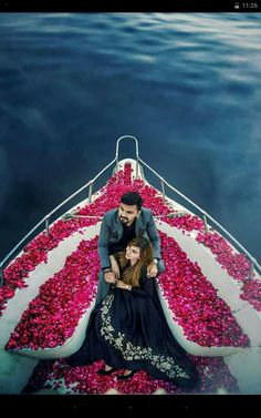 And then we can take a boat like this to our island to be alone for our honeymoon. Romantic Wedding Photos, Wedding Images, Wedding Pics, Wedding Couples, Romantic Weddings, Dream Wedding, Pre Wedding Shoot Ideas, Pre Wedding Poses, Pre Wedding Photoshoot