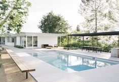 Pasadena Residence by architect Harold B. Mandy Moore commissioned interior architect Emily Farnham to peel back dated renovations. Eichler Haus, Mandy Moore, Moore House, Modern Landscape Design, Modern Pools, My Pool, Modern Backyard, Modern Pergola, Pool Landscaping