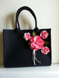 Keçe çanta. Felt bag. Gül çiçek rose siyah çanta el emeği.  Daha ne olsun:)