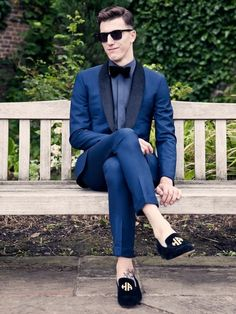 Summer Shades–British label Hardy Amies will launch at the end of January its debuting sunglasses collection, which includes luxury pieces designed with hi-tech… Royal Blue Mens Suit, Blue Tux, Navy Blue, Velvet Suit Jacket, Tuxedo Jacket, Look Fashion, Mens Fashion, Fashion Suits, Hardy Amies