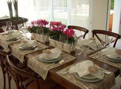 - Se o tampo da sua mesa for maravilhoso, use um jogo americano sofisticado, de linho, renda ou adamascado.