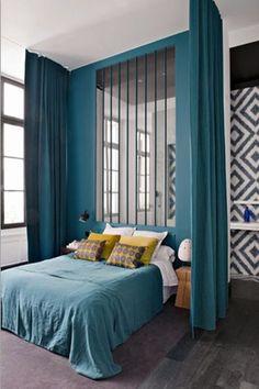rideaux séparation d'espace chambre bleu canard jaune moutardeverrière lumière annie mazuy décoration d'intéreiur architecte d'intérieur lyon rhone alpe france