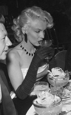 Marilyn Monroe She lookin shook Divas, Old Hollywood Glamour, Classic Hollywood, Cinema Tv, Marilyn Monroe Photos, Marilyn Monroe Style, Marilyn Monroe Movies, In Vino Veritas, Norma Jeane