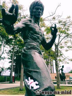 "waga-ma-mind TOKYOさんのツイート: ""香港でブルースリー像と戯れる耳男さんを確認! #wagamamind #BruceLee #Hongkong https://t.co/WY3UoYPvfa"""