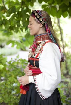 Øst Telemark Raudtrøyebunad Bilderesultat for laila duran Traditional Art, Traditional Outfits, Norwegian Clothing, Scandinavian Embroidery, Web Design, Costumes Around The World, Thinking Day, Folk Costume, Summer Outfits Women