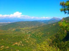 Santa Cruz de la Serós, vista desde las alturas desde la carretera de acceso de San Juan de la Peña. Y al fondo, la impresionante Peña Oroel.