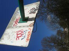 graffiti op een basketbal bord (schreefloos, bovenkast, romein)