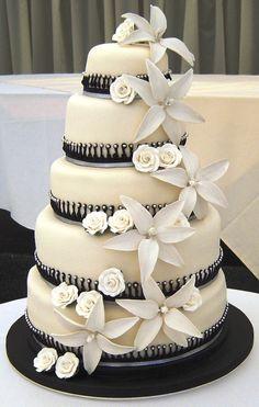 Torta de casamiento de chocolate suizo, crocante de almendras y crema de vainillas y fondant decorado con flores hechas a mano