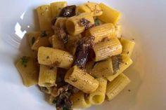Le mezze maniche con trito di olive verdi, melanzane e cipolla sono un primo piatto molto profumato e dal sapore coinvolgente. Facile e veloce da preparare sarà un piatto che vi sorprenderà. Ecco la ricetta
