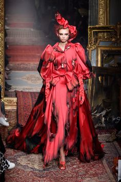 Jeremy Scott shows his fall 2016 collection for Moschino. Red Fashion, Couture Fashion, Runway Fashion, Fashion Show, Autumn Fashion, Fashion Dresses, Fashion 2016, Dresses Dresses, Milan Fashion