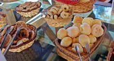 Pães de queijo e biscoitos caseiros no café da manhã, na Pousada Anauê, na Serra do Cipó, uma opção de hospedagem barata e confortável.