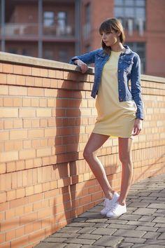 Tunika żółta tuba / Kurtka jeansowa / Białe trampki sportowe / Więcej na www.estrela.pl / tunic, tube, dress, tracksuit, jeans, denim, jacket, spring, outdoor, look, daily, stylization, casual, sporty, tenis, woman, polish girl, sneakers, sportswear, sportswoman, plimsoll, soft, design