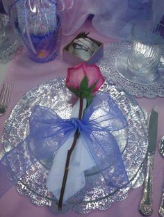 Wonderful Purple Romantic Dining Table Decoration With Rose On The Silver Plate