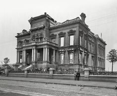 1906 - The Flood Mansion - California at Mason, Nob Hill - This shows the destruction of the fire that gutted the home. It was rebuilt after the earthquake and is the Pacific Union Club today. The ornate fence remains intact to this day, as well. Abandoned Mansions, Abandoned Houses, Abandoned Places, Old Houses, Abandoned Library, Old Photos, Vintage Photos, American Mansions, San Francisco Earthquake