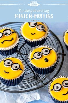 Diese Minion-Muffins sind fast zu niedlich zum Essen. Unter den Gesichtern steckt eine feine Buttercreme und ein luftiger Vanilleteig. #minionmuffins #muffinsfürkinder #kindergeburtstag #einfachmuffin #muffinidee Happy Birthday Minions, 8th Birthday Cake, Disney Cake Toppers, Donut Muffins, Beautiful Soup, Piece Of Cakes, Food, Fanta, Fondant