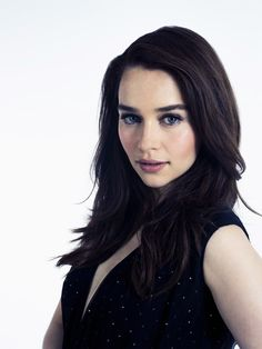 I just love Emilia Clarke's dark chocolaty hair and blue'n'gold eyes. She's so beautiful!