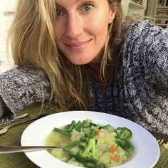 I want an Allen Campbell - nice job outing fflakes and cola! How to Eat Like Tom Brady and Gisele Bündchen in 2016 Gisele Bündchen, Tom Brady E Gisele, Tom And Gisele, Instyle Magazine, Clean Eating, Healthy Eating, Healthy Food, New You Diet, Brady Diet