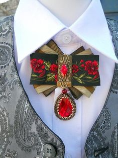 Броши ручной работы. Брошь-орден #joyeria #joyeriaperu #joyeriamujer #joyeriaplata #joyeriaoro #peru Ribbon Jewelry, Ribbon Art, Fabric Ribbon, Ribbon Crafts, Fabric Jewelry, Ribbon Bows, Fabric Flowers, Elf Kostüm, Headband Tutorial