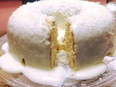 Ingredientes: Massa: 4 ovos peneirados (clara e gema) 1 e 1/2 xícaras de açúcar peneirado 3 colheres generosas de manteiga ou margarina (temperatura ambiente) 200 ml de leite