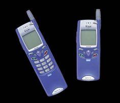 NOKIA NM502i (Docomo)  プラスチック感ありありのチャチな作りだったが、この大きさでi-Mode対応。赤外線接続で、外部機器のモデムになった。赤外線モデム機能は海外機ではよくあったが、国内機では珍しかった。PSION-5mxのネット接続に使ったりしました。思い出深い機種。