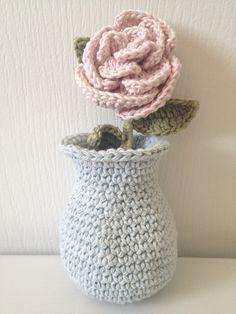 For the Plush Team Challenge. Pink rose in Vase! Crochet Puff Flower, Crochet Flower Patterns, Crochet Designs, Crochet Flowers, Crochet Ideas, Unique Crochet, Love Crochet, Craft Patterns, Stitch Patterns