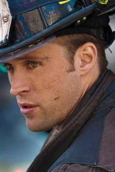 i wish he'd rescue me Jesse Spencer Chicago Fire Jesse Spencer, Matt Casey Chicago Fire, Chigago Fire, Sky Cinema, Chicago Shows, Taylor Kinney, Chicago Med, Men In Uniform, Hot Actors
