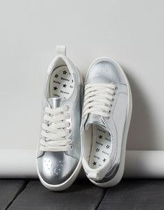 Schnürschuh Metallglanz. Entdecken Sie diese und viele andere Kleidungsstücke in Bershka unter neue Produkte jede Woche