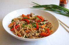 Smażony makaron po chińsku z jajkiem • origamifrog.pl Pierogi, Japchae, Ethnic Recipes, Food, Essen, Meals, Yemek, Eten