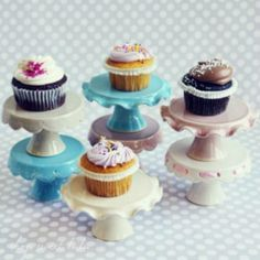 20 Adorable Cake Stands for Holiday Desserts