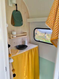 Afgelopen zomer kwam er via Erik van Glaravans deze Chateau op mijn pad. In topconditie! Bijzonder dat uitgerekend ik, de pimpfanaat, met een ongepimpte caravan op pad ben gegaan met mijn dochtertje. Op camping de Vrolijk en camping Molenbroek hebben we volop plezier gehad van de caravan, maar het borrelde van de ideetjes. Ik moest […] Het bericht Chatooooh verscheen eerst op Caravanity   happy campers lifestyle. Diy Caravan, Camper Caravan, Caravan Vintage, Vintage Caravans, Caravan Makeover, Caravan Renovation, Retro Camping, Camping Glamping, Camping Ideas