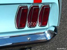 """Senkrechte rote Rücklichter eines amerikanischen For Mustang """"Pony Car"""" der Sechziger Jahre in Krofdorf-Gleiberg bei Gießen in Hessen"""