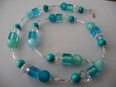 Halskette mit 10mm Polaris Perlen und Glasschliff- sowie Glaswürfelperlen, aufgezogen auf Schmuckdraht, verschlossen mit versilbertem Karabiner