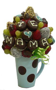 Moms day    Delicioso arreglo que combina exquisitas Fresas Premium, Fresas con Chocolate bañadas con Coco, Maní y puntas de Chocolate, Uvas, Marshmallows decorados con Chocolate que expresan toda la dulzura de Mama.    Aprox. 50 piezas comestibles    Tamaño: Pequeño