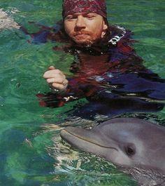 Axl Rose... Creo que algo hubo entre ese delfín y él