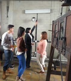 La Archivera explica a parte de los alumnos de Escuela Europea el funcionamiento del reloj del Ayuntamiento de Oviedo.