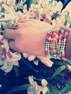Hermoso anillo de flores exótico y pulsera de colores ♡
