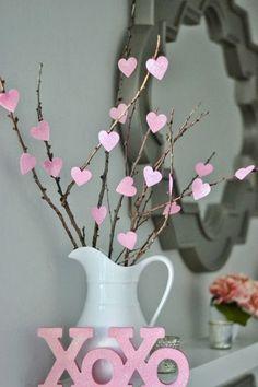 Trends Diy Decor Ideas : Déco St Valentin avec un pichet vintage des branches et des coeurs en papier r