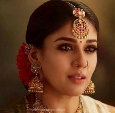 Tikka Jewelry, Headpiece Jewelry, Indian Jewelry Sets, Indian Jewellery Design, Wedding Jewelry, Gold Jewelry, India Jewelry, Antique Jewellery, Gold Earrings Designs