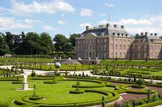 In der Provinz Gelderland liegt die Stadt Apeldoorn. Trotz der mehr als 150.000 Einwohner hat sie noch den Charme einer Kleinstadt und lockt Touristen mit malerischen Parks und Gärten, alte Kirchen und Mühlen. Nordwestlich von Apeldoorn liegt das barocke Palais Het Loo, das heute das Museum der Geschichte des niederländischen Königshauses beherbergt.