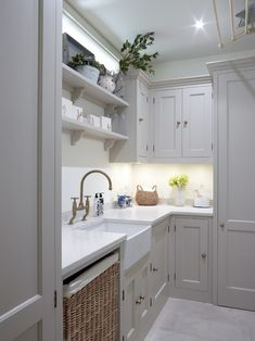 Chiswick, London – Traditional Kitchen and Utility – Higham Furniture. Perrin and Rowe Tap. A classic country look that works well with this Edwardian home Interior Modern, Interior Design Living Room, Laundry Room Design, Kitchen Design, Laundry Rooms, Kitchen Layout, New Kitchen, Kitchen Decor, Shaker Kitchen