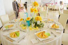 Perte Spazio(ペルテ スパーツィオ)|結婚式場写真「夏にピッタリのイエロー×ブルーコーディネート。ひまわりはとっても人気♪」 【みんなのウェディング】 Rustic Wedding Inspiration, Wedding Images, Sunflowers, Napkin, Table Settings, Table Decorations, Yellow, Summer, Home Decor
