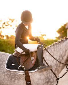 Order Jump Saddle pad Midnight White edge from Equestrian Stockholm ✓ Worldwide Shipping ✓ Fast Delivery ☆ Unique Selection of Riding Wear & Accessories. Equestrian Chic, Equestrian Outfits, Equestrian Fashion, Dressage Horses, Horse Tack, Pretty Horses, Beautiful Horses, Horse Riding Clothes, Horse Fashion