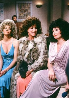 Jan Hooks as Candy Sweeney, Mary Tyler Moore as Audrey, Nora Dunn as Liz Sweeney during the 'Sweeney Sisters' skit on March 1989 The Sweeney, Mary Tyler Moore Show, Fact Families, Classic Films, Popular Culture, Sexy Outfits, Hollywood, Actresses, Snl