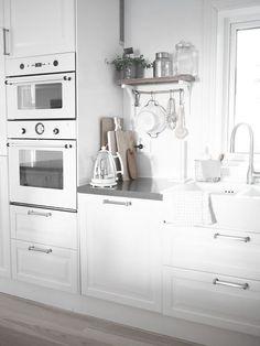 Boho Deco Chic: Una cocina blanca y gris con office nórdico, Hidden Kitchen, New Kitchen, Kitchen White, Neutral Kitchen, Kitchen Craft, Kitchen Shelves, Kitchen Interior, Kitchen Design, Decor Interior Design