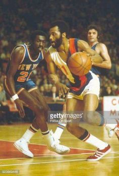 Phil Chenier driving pass Earl Monroe Pro Basketball 10853bc6d