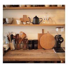 まるでお店? と思えるほどすべてが揃っているキッチン。特にカフェセットは完璧です♡ 黒のコーヒーミルがアクセントになっていますね。