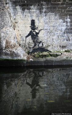 A wall previously daubed by graffiti artist Banksy has been re-painted with an image of the Queen as diamond jubilee celebrations take hold of Bristol.In October last year the popular Banksy work was. Urban Street Art, 3d Street Art, Amazing Street Art, Street Artists, Urban Art, Amazing Art, Banksy Rat, Banksy Graffiti, Bansky