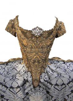 "Ollivier Henry, ""Grand habit"" costume inspired to an century dress, Photo Ollivier Henry 18th Century Dress, 18th Century Clothing, 18th Century Fashion, 17th Century, Vintage Gowns, Vintage Outfits, Vintage Fashion, Historical Costume, Historical Clothing"