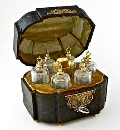 Perfumes - Taringa!is the name of the blog.by Mariaxhe. She has posted the most gorgeous bottles! The post is about the history of purfume. Unfortunately for me it's in Spanish